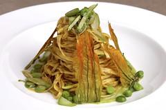 Tagliolini di grano spezzato, crema di zucchine e menta,asparagi, piselli e fiori di zucca