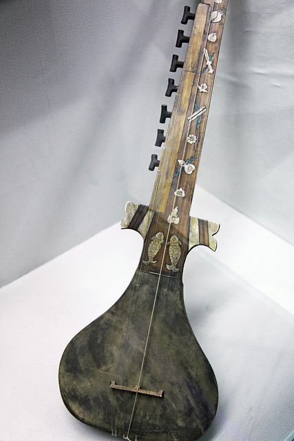 Unique Uyghur musical instrument in Hami museum, Kumul (Hami) ハミ、博物館のユニークなウイグル民族楽器(ラワープか?)