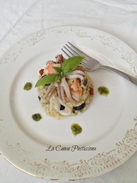 Sformatino di riso al pesto, verdurine grigliate, calamari e gamberi