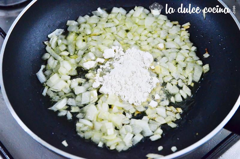 Añade un poco de harina para formar la salsa