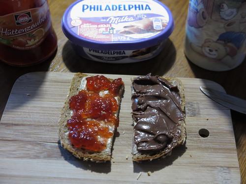 Hüttenzauber Marmelade und Schokoladige Philadelphia auf Vollkornbrot