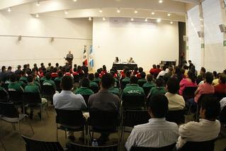 """Ceremonia de entrega de recursos y libros del Programa """"Escuelas México"""" en Guatemala."""