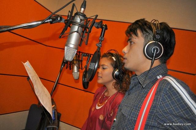 Azura Zainal dari Red FM dan Reza Mohamed dari Suria FM ketika merakamkan lagu 'Mulanya Disini'
