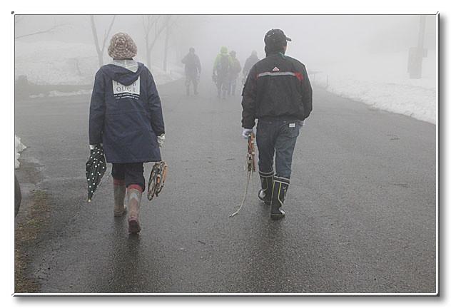 一周して駐車場へ.出発前と比べて格段に霧が濃くなっていた.