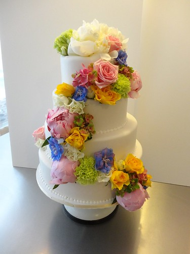 White Fondant wedding cake with fresh flowers by CAKE Amsterdam - Cakes by ZOBOT