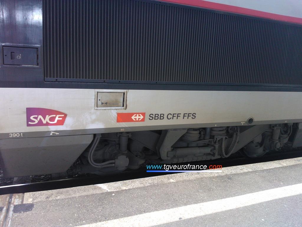 Détail des logos de la SNCF et des CFF (Chemins de fer fédéraux)