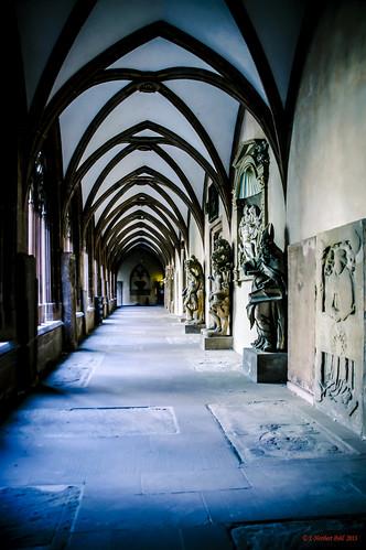 Hohe Domkirche zu Mainz -- Kreuzgang mit hunderten von teilweise 500 Jahre alten Grabplatten --- Cloister with hundreds of partially 500 year old grave stones