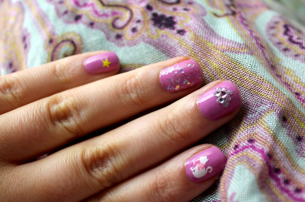 Cute nail look using Daiso nail stickers | KITSCH/SNITCH