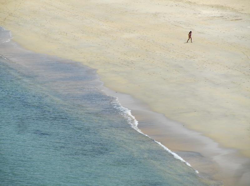 Ni�a diminuta en playa