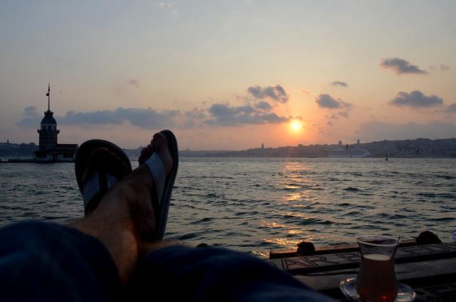 Viendo atardecer en Uskdar (Estambul) con un té tumbado en unas alfombras