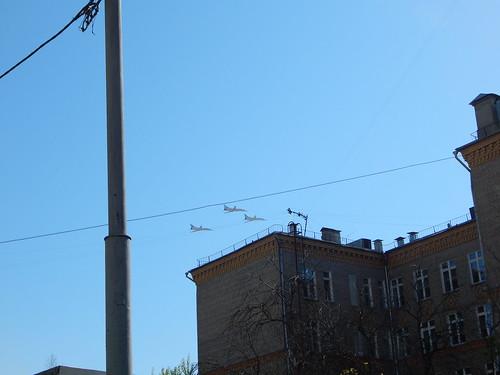 самолеты летят над двором2