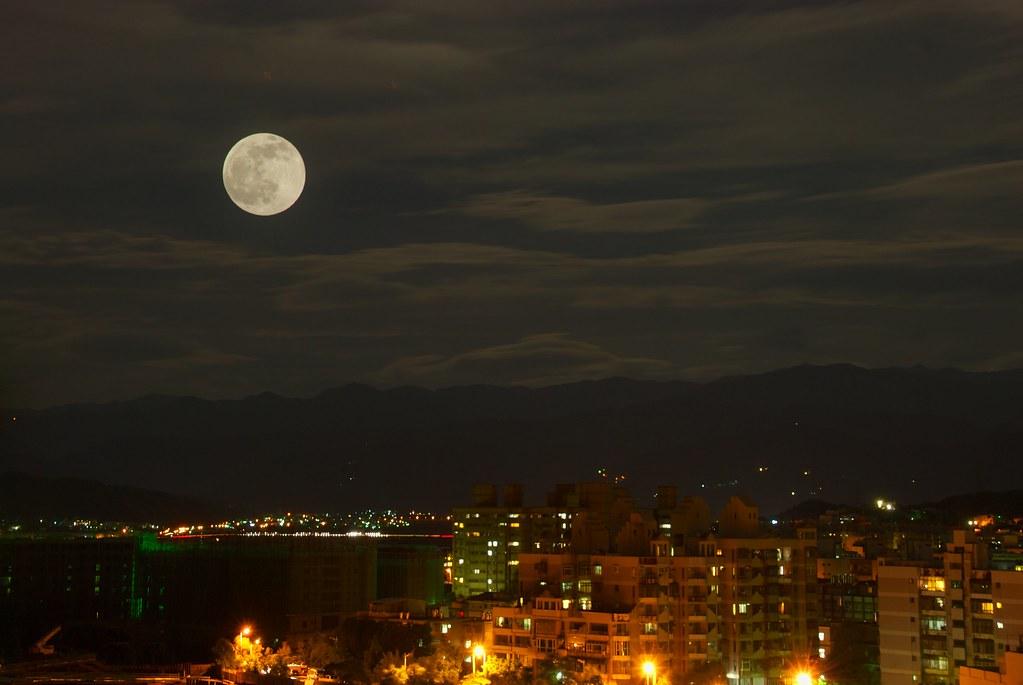 從家裡的窗戶看出去 昨晚的月