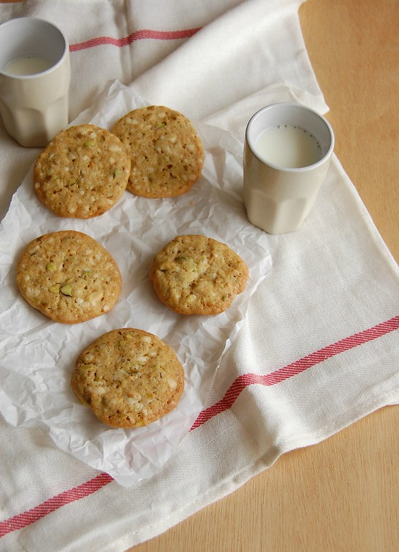 White chocolate, pistachio and lemon cookies / Cookies de chocolate branco, pistache e limão siciliano