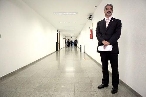 09/05/13 | Senador Humberto Costa PT/PE no corredor das Comissões do Senado Federal. Foto: André Corrêa / Liderança do PT no Senado.