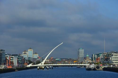 Im Hintergrund der Wolkenkratzer von Dublin