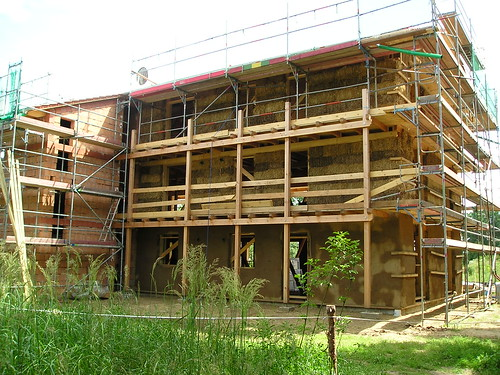 Strohhaus im Bau