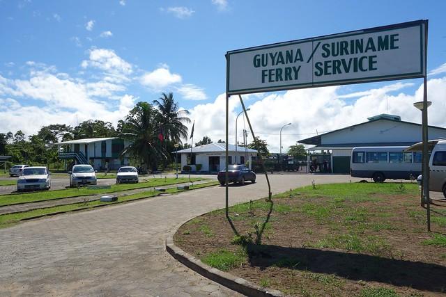 Fronteira da Guiana do Ferry-Boat para o Suriname