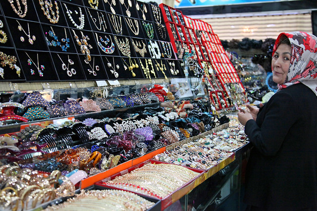 Shopping mall in Urumqi ウルムチ、ファッションビルのアクセサリー屋