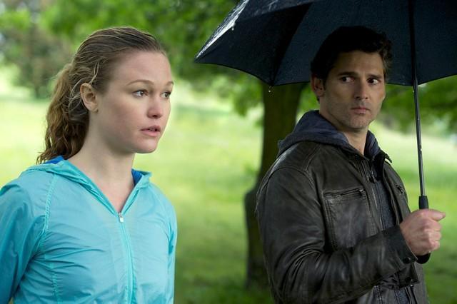 【全面鎖定】艾瑞克巴納(右)和飾演記者的茱莉亞史緹爾(左)見面 也遭到監視 [800x600]