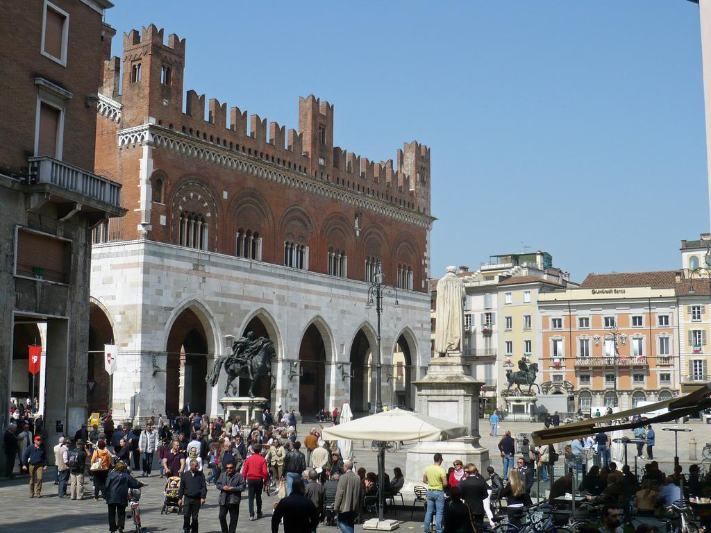 16. Piazza dei Cavalli. Piacenza. Autor, Terry Clinton