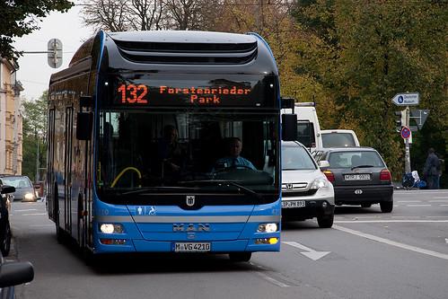 Im Fahrgasteinsatz: Wagen 4210 an der Haltestelle Fraunhoferstraße