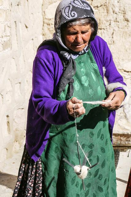 Qashqai woman spinning a wool yarn, Firuzabad, Iran フィールーズ・アーバード、ウール毛糸を紡ぐカシュガイ族女性
