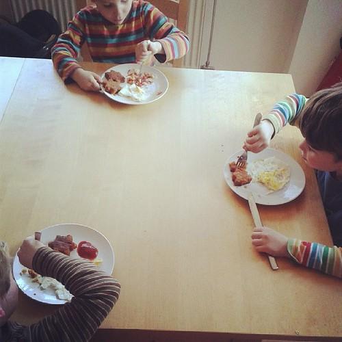 Drei Kinder mit dem essen versorgen, das sie sich gewünscht haben.