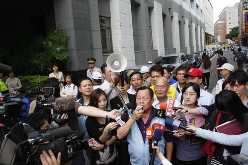 苗栗縣長劉政鴻現身時,引起支持群眾歡呼。攝影:洪郁婷