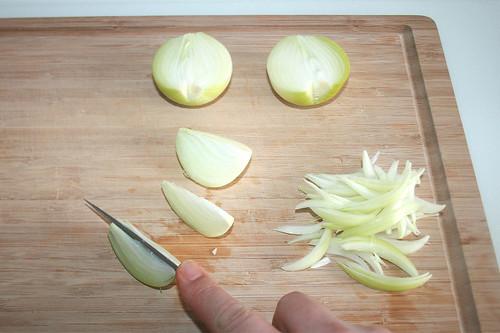 11 - Zwiebeln in Spalten schneiden / Curt onions in chops