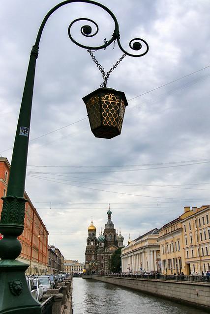 Church of the Savior on Blood beyond the canal, Saint Petersburg, Russia サンクトペテルブルク、運河の向こうに見える血の上の救世主教会