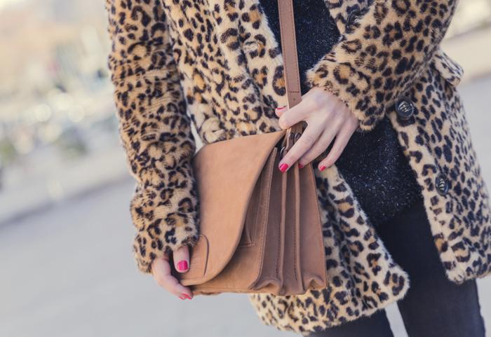 street style barbara crespo leopard coat black inside hake bag zara boots fashion blogger outfit blog de moda