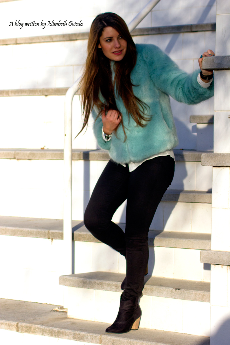 abrigo de pelo azul ZARA con jeans y botines MARYPAZ de tacón HEELSANDROSES (3)