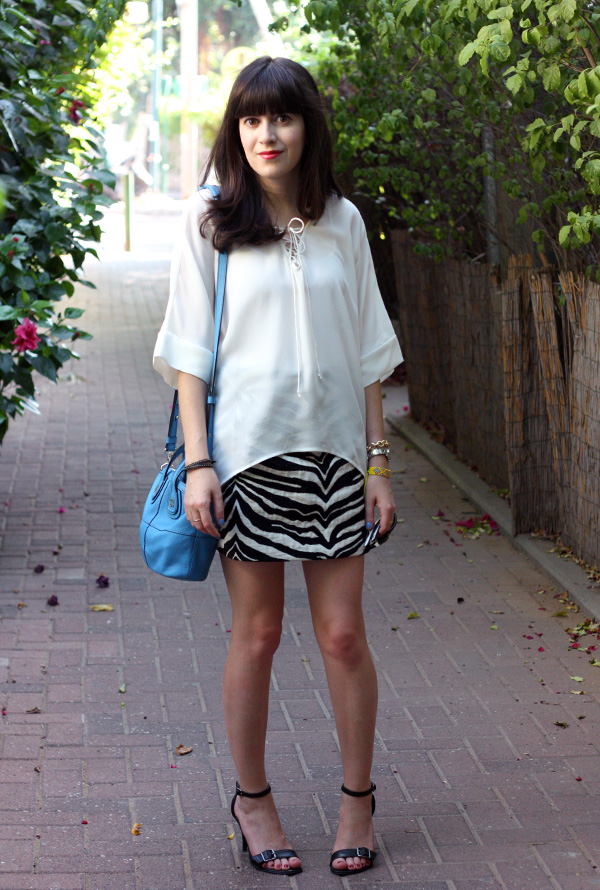 ray ban sunglasses, givenchy mini nightingale bag, zara zebra skirt, sandals, dora landa, בלוג אופנה, משקפי שמש רייבאן, תיקי מעצבים