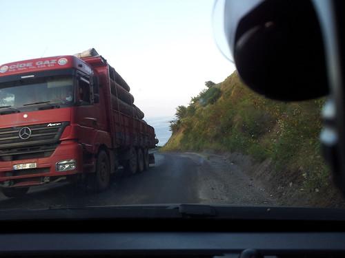 Bokorból előugró kamion