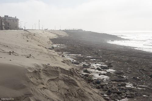 Il ne reste plus que les rochers et les déchets, où l'été dernier nous étalions nos serviettes de plage.