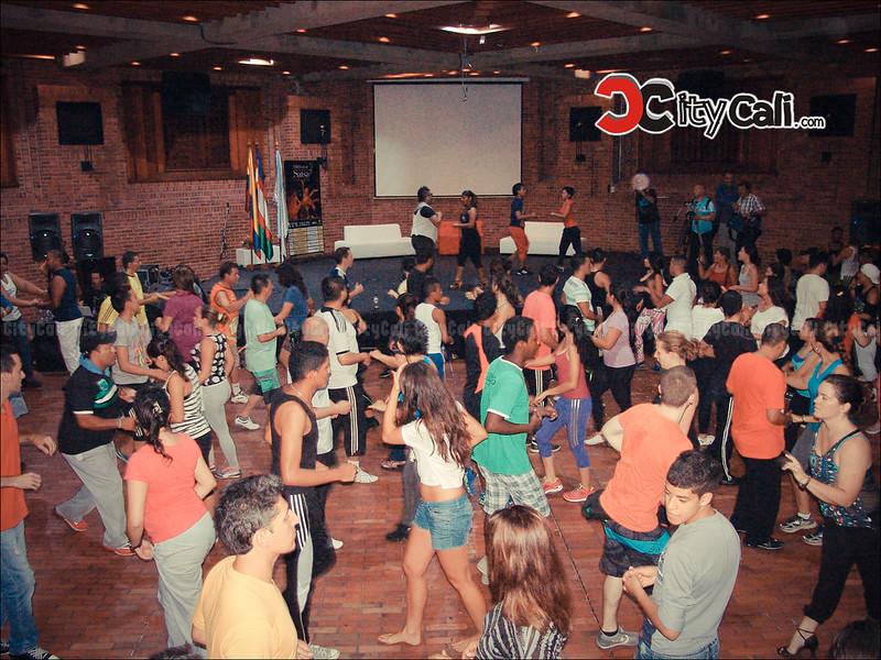 Caleños y turistas azotan las baldosas en el Festival Mundial de Salsa