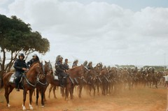 Cavalaria levanta poeira