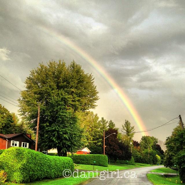 彩虹的照片在一个房子的有一个大门廊的