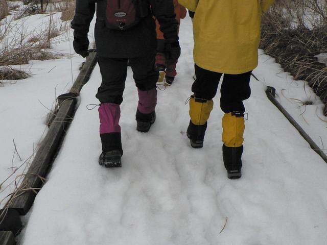 雪対策万全の足元.白い雪の上にカラフルな色がまぶしい.