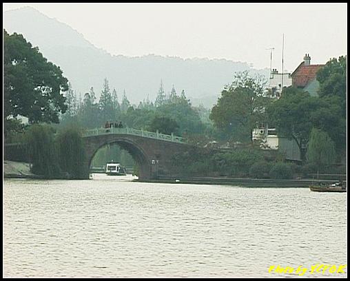 杭州 西湖 (其他景點) - 211 (從白堤上的孤山旁望向西湖十景之 蘇堤 上的誇虹橋)
