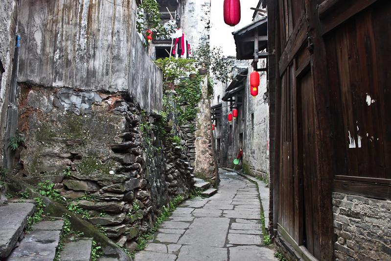 Pequeña calle de Hongjiang con farolillos rojos de Año Nuevo chino.