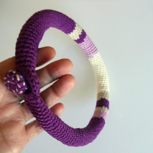 collar crochet morado2