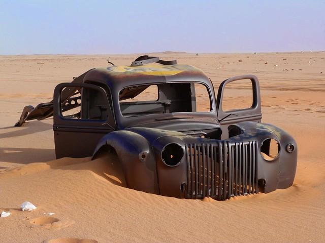 Vehículo de la II Guerra Mundial atrapado por la arena del Sáhara oriental (Egipto)