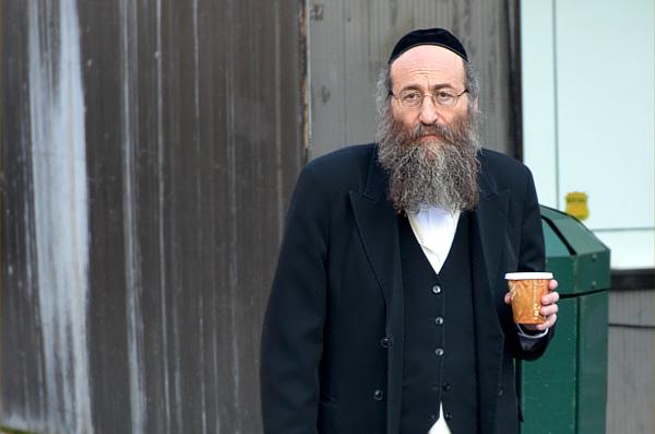 Judío ortodoxo de Nueva York tomando un café en un vaso de fastfood