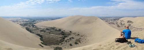 Huacachina, ses dunes et ses potagers (à gauche)