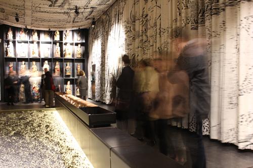 Visitantes a la exposición Occidens, en la capital de Navarra.