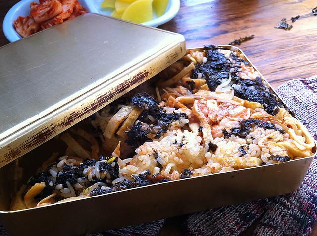 摇晃后打开铝盒,饭团和食材均匀的掺拌在一起