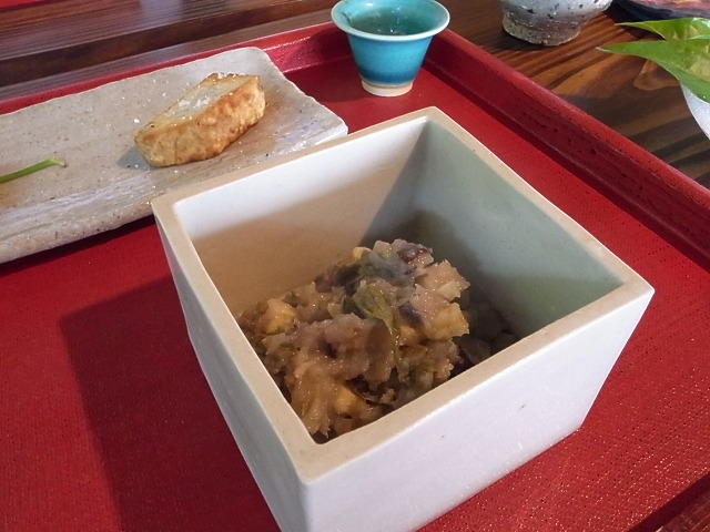 <p>l)田芋のあえ物</p>