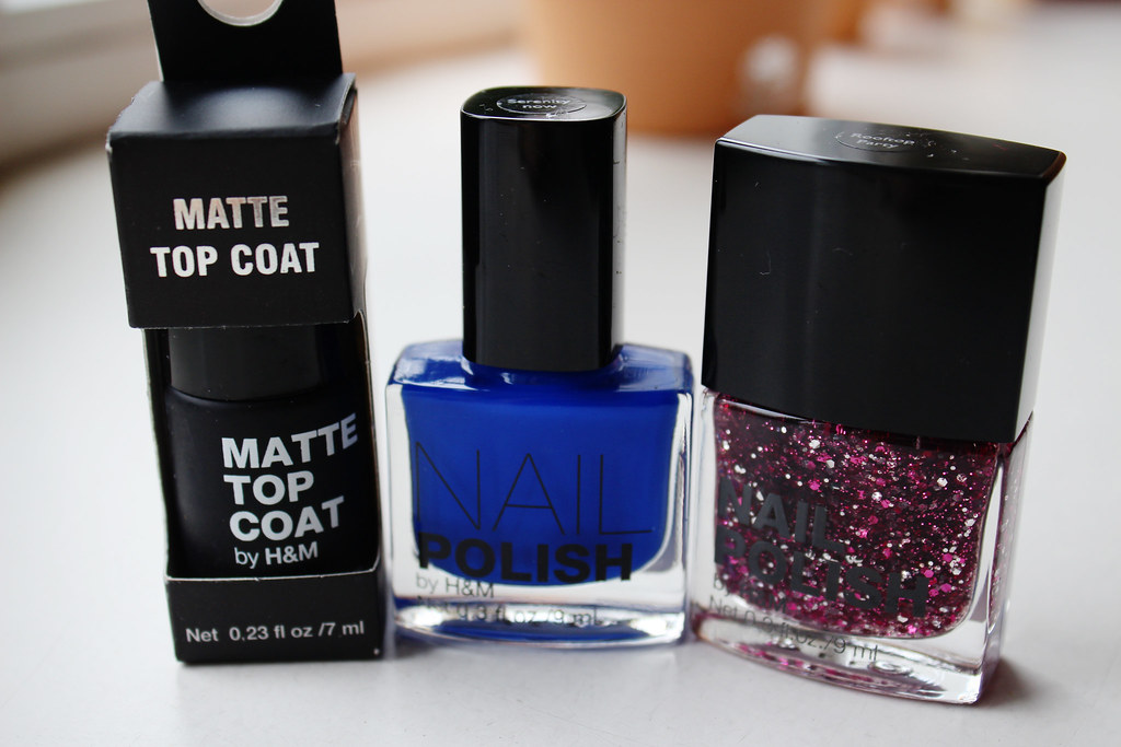 H&M cosmetic goodies: neautral, nude tone eye shadow palette, smoky eye eye shadow palette, matte top coat nail polish, deep bue nail polish, pink glitter nail polis. A fashion blogger review on H&M cosmetics