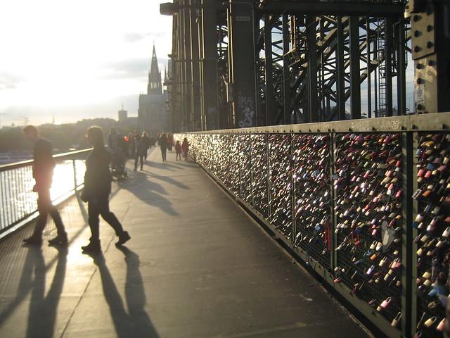 Die Hohenzollernbrücke in Köln mit tausenden von Liebesschlössern